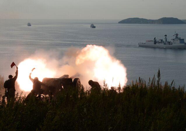 مدفعية أسطول المحيط الهادئ أثناء وصول سرب السفن الحربية التابعة للبحرية الصينية إلى ميناء فلاديفوستوك في إطار مناورات مورسكيه فزايموديستفيه - 2017 ، 2017