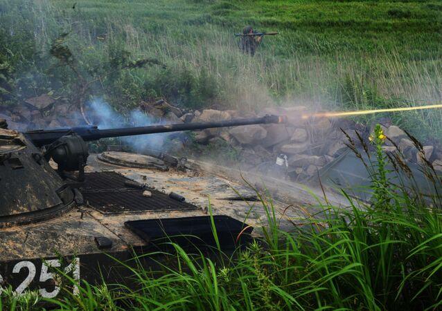 مركبة قتالية بي إم بي-2 وجندي مع قاذفة قنابل في مناورات تكتيكية لكتيبة مشاة البحرية لأسطول المحيط الهادئ في ميدان تدريبي كليرك في منطقة بريمورسكي كراي، 2018