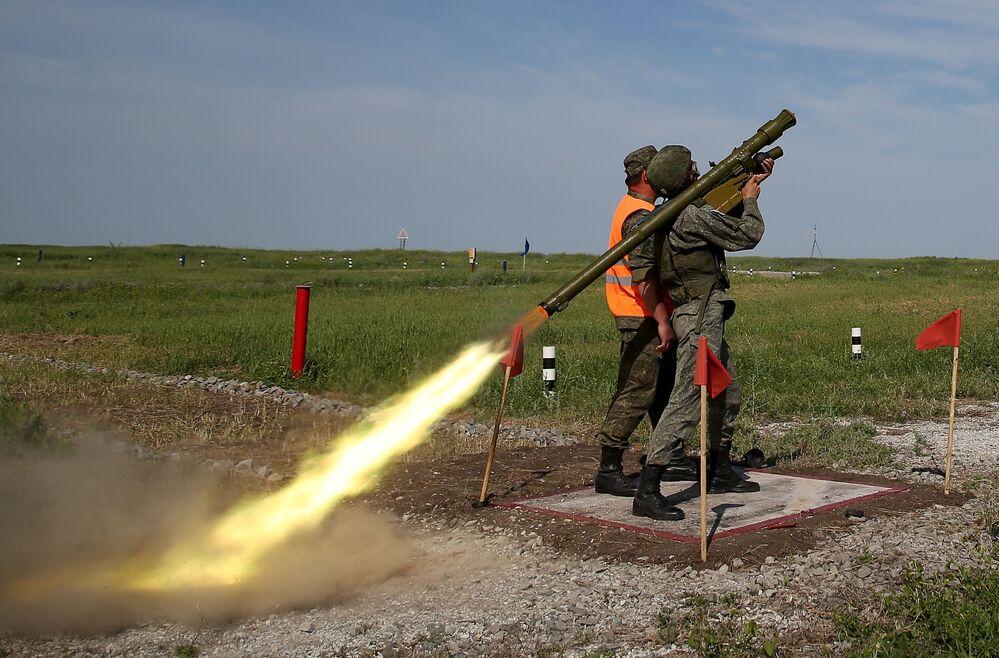 أنظمة الدفاع الجوي المحمولة إيغلا في مسابقة تشيستويه نيبو (السماء النظيفة) للجيش في ميدان ييسك التابع لمركز التدريب للدفاع العسكري المضاد للطائرات