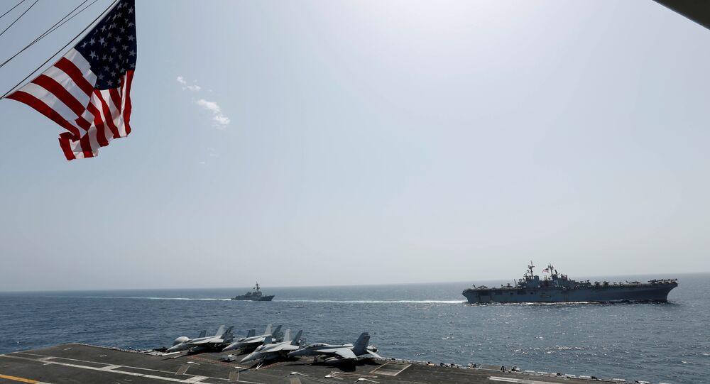 حاملة الطائرات التابعة للبحرية الأمريكية أبراهام لنكولن وسفن هجومية كيرسارج في بحر العرب في 17 مايو/ أيار 2019