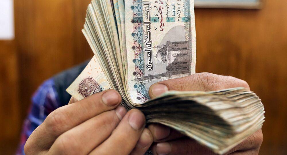 موظف يعد جنيهات مصرية في مكتب صرف أجنبي بوسط القاهرة
