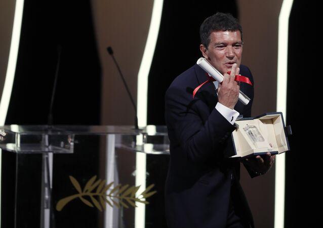 أنطونيو بانديراس الحائز على جائزة أفضل ممثل عن دوره في فيلم الألم والمجد في حفل ختام مهرجان كان السينمائي الثاني والسبعون