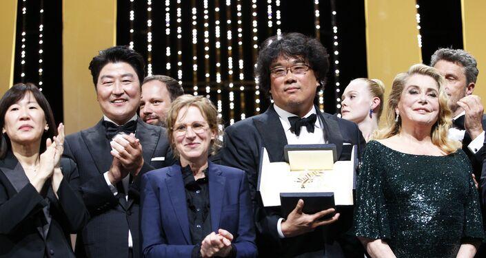 المخرج بونج جون-هو يحتفل بالسعفة الذهبية في حفل ختام مهرجان كان السينمائي