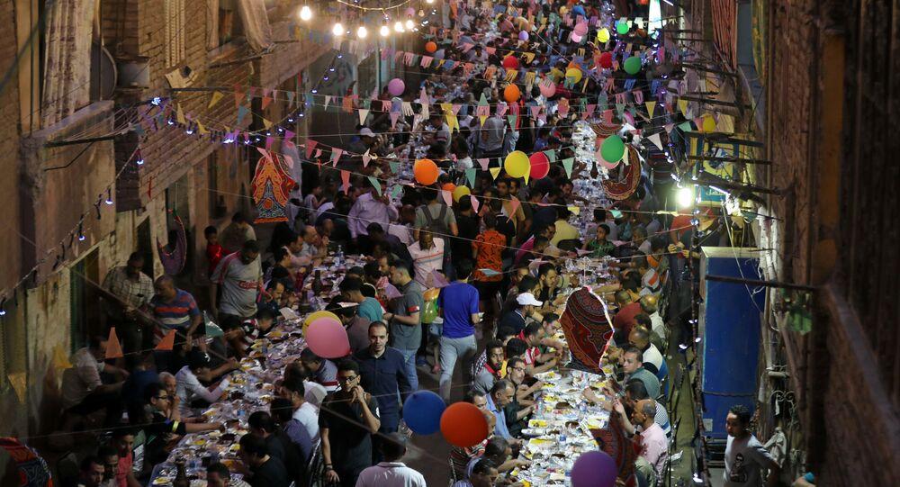 مائدة إفطار رمضاني جماعي في أحياء القاهرة