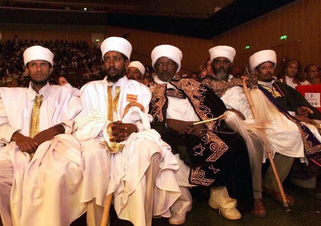 زعماء يهود إثيوبيون يشاركون في احتفال تذكاري بمناسبة إجلاء اليهود الإثيوبيين إلى إسرائيل في القدس بعد عشر سنوات من نقل جوي مثير أطلق عليه اسم عملية سولومون جلب 14000 يهودي إثيوبي إلى إسرائيل