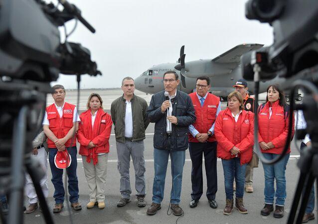 رئيس بيرو مارتين فيزكارا يرافقه أعضاء من مجلس وزرائه يتحدث إلى وسائل الإعلام ، قبل مغادرته إلى المنطقة المتضررة من الزلزال ، في مطار جورج تشافيز في ليما