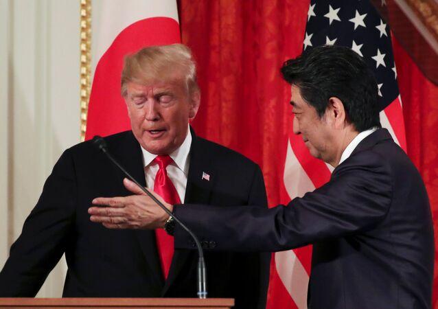 الرئيس الأمريكي دونالد ترامب ورئيس الوزراء الياباني شينزو آبي