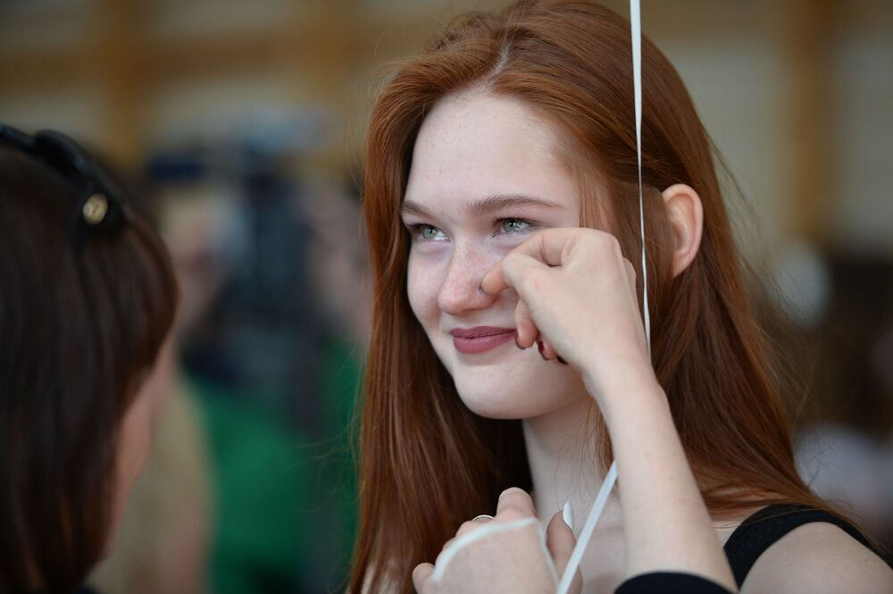 تلاميذ خلال مراسم الاحتفال بـ الجرس الأخير في مدرسة رقم9 في يكاترينبورغ، روسيا