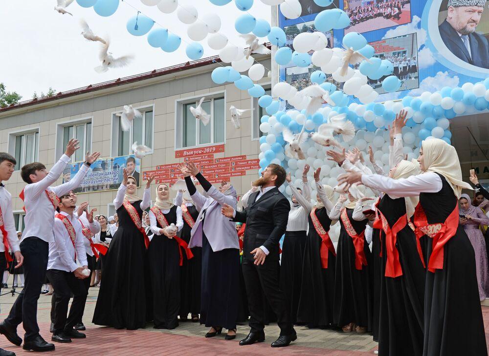 تلاميذ خلال مراسم الاحتفال بـ الجرس الأخير في مدرسة رقم 1 في بلدة أخمات-يورت، الشيشان، روسيا