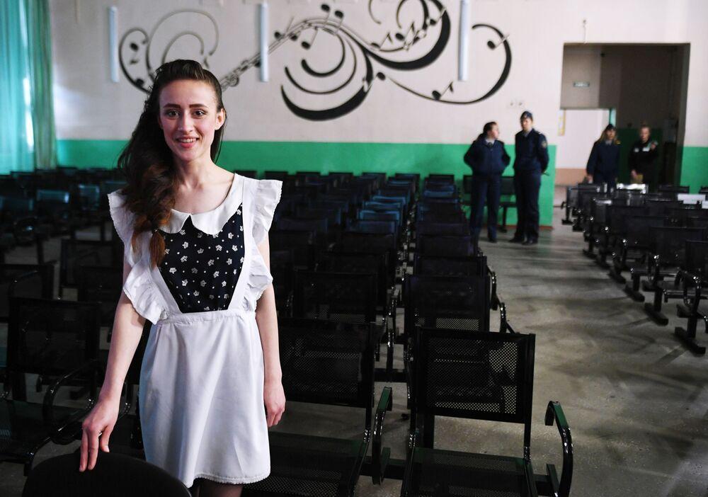 تلاميذ خلال مراسم الاحتفال بـ الجرس الأخير في كلية تعليمية بدائرة الإصلاح في سجن النساء في منطقة نوفوسيبيرسك، روسيا