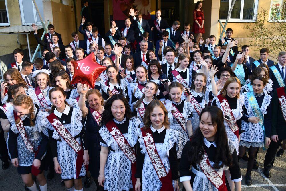 تلاميذ خلال مراسم الاحتفال بـ الجرس الأخير في مدرسة رقم9 في تشيتا، روسيا