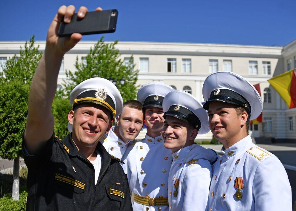 تلاميذ خلال مراسم الاحتفال بـ الجرس الأخير في معهد ناخيموف للقوات البحرية العسكرية في سيفاستوبل، القرم