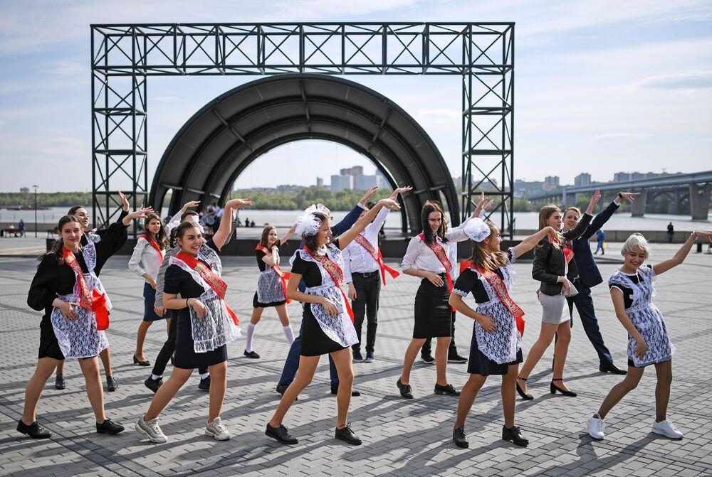 تلاميذ خلال مراسم الاحتفال بـ الجرس الأخير في الضفة ميخايلوفسكايا في نوفوسيبيرسك، روسيا