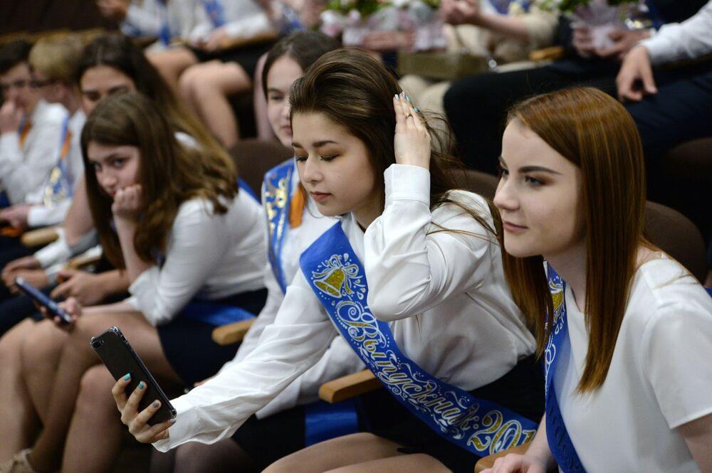 تلاميذ خلال مراسم الاحتفال بـ الجرس الأخير في مدرسة رقم 23 في يكاترينبورغ، روسيا