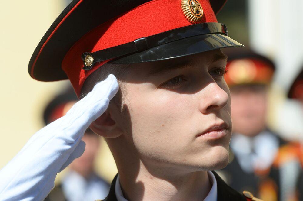 تلاميذ خلال مراسم الاحتفال بـ الجرس الأخير في معهد موسكو الرئاسي باسم م. أ. شولوخوف لقوات الحرس الوطني الروسي