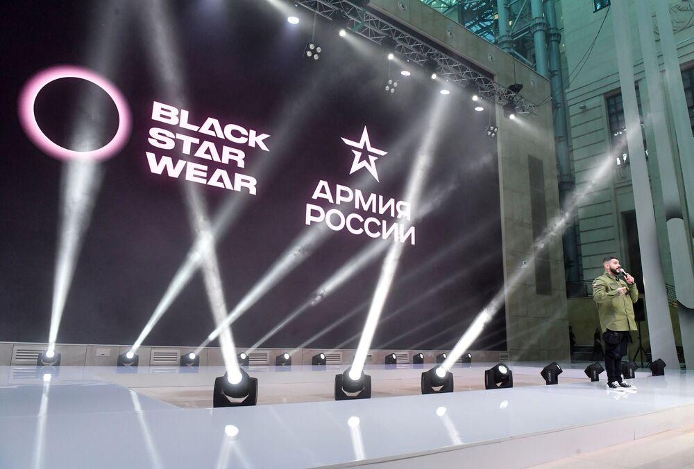 مغني الراب الروسي الشهير تيماتي (Black Star) صاحب العلامة التجارية بلاك ستار، عرض أزياء بلاك ستار وير (Black Star Wear) بالتعاون مع محل تجاري لسلسلسة ملابس أرميا روسيي (الجيش الروسي)