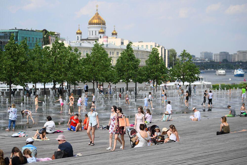 المواطنون والسياح يستجمون بجوار نافورة حديقة موزيون في موسكو