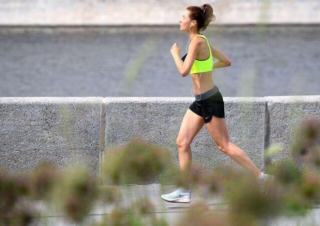 فتاة تمارس رياضة الركض في إحدى شوارع موسكو