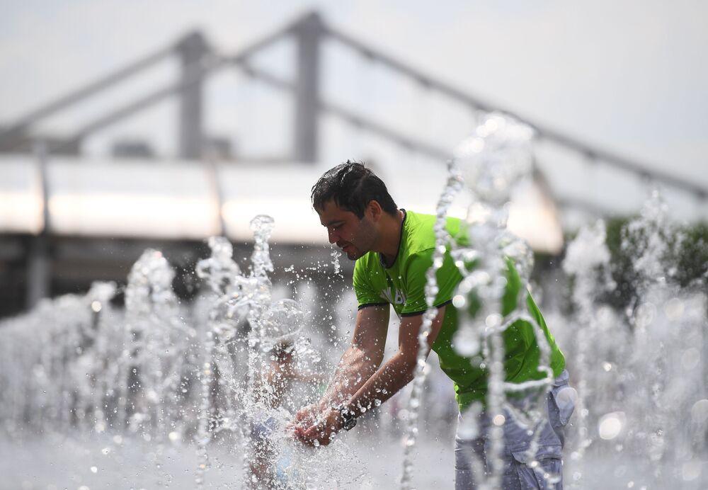 رجل يغسل وجهه بمياه نافورة حديقة موزيون في موسكو