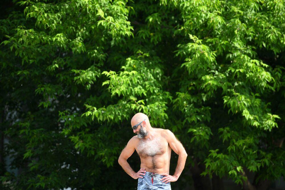 رجل يستمتع بالشمس حديقة موزيون في موسكو