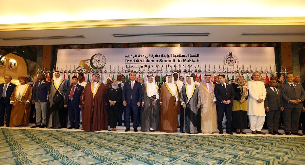 وزراء خارجية منظمة التعاون الإسلامي يلتقطون صورة جماعية خلال اجتماع تحضيري للقمة الخليجية والعربية والإسلامية بجدة