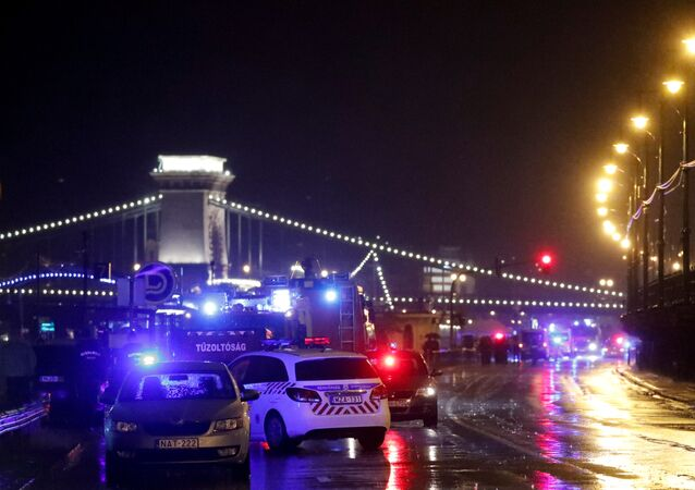 الشرطة ومركبات الإطفاء على ضفة الدانوب بعد انقلاب قارب سياحي على النهر في بودابست