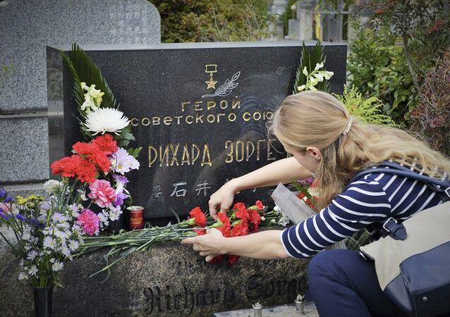 وضع الزهور على قبر زورغي في اليابان