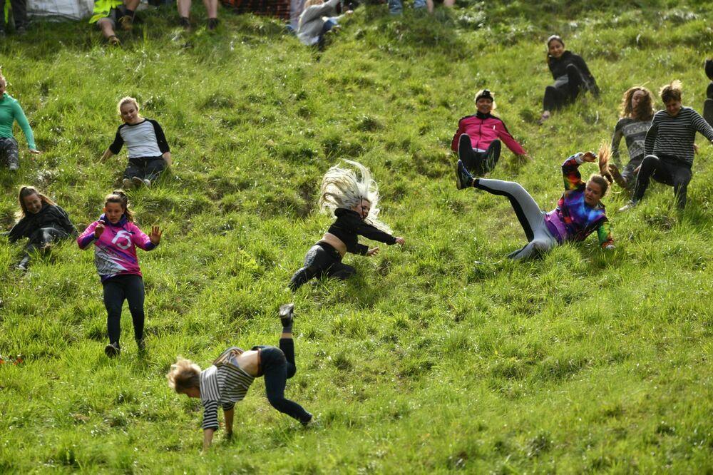 المشاركون في سباق النساء للحصول على لفافة الجبن السنوية في كوبرز هيل في بروكوورث، جلوسترشاير، إنجلترا، 27 مايو/ أيار 2019
