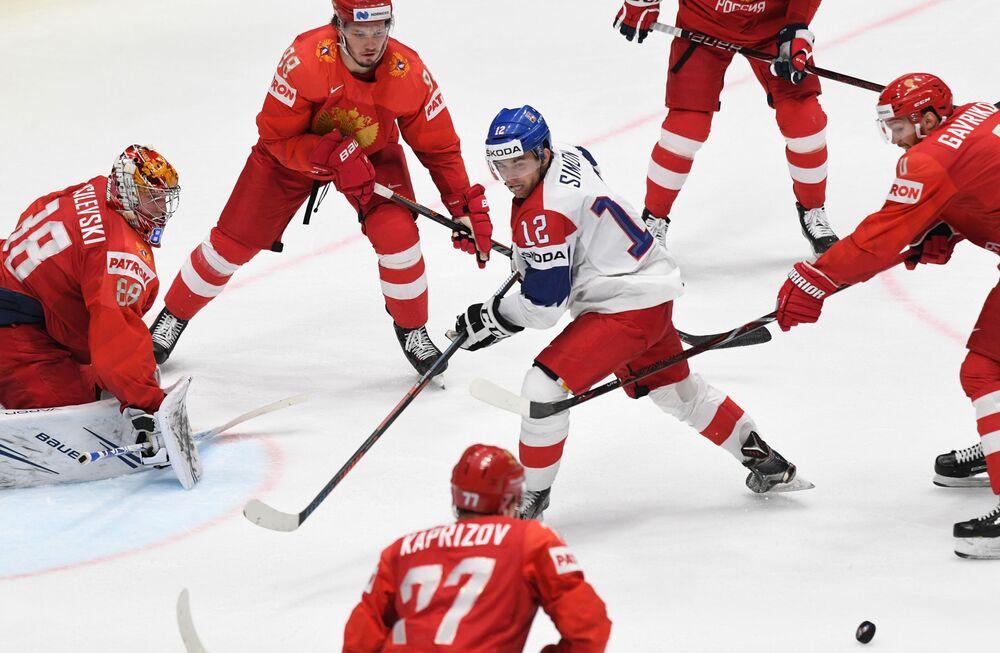 لاعب المنتخب التشيكي دومينيك سيمون في مبارة للحصول على المركز الثالث في إطار بطولة العالم للهوكي بين منتخبي روسيا وجمهورية التشيك، والذي كان من نصيب المنتخب الروسي