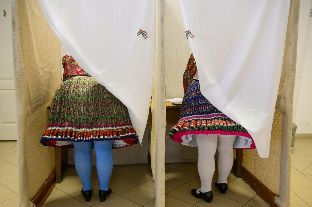 نساء يرتدين الزي الوطني يصوتن في انتخابات البرلمان الأوروبي في مدينة بوياك المجرية، (23-26) مايو/ أيار 2019
