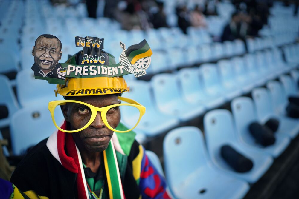 أحد أنصار حزب المؤتمر الوطني الأفريقي الذي حضر مراسم أداء اليمين لرئيس جنوب إفريقيا سيريل رامافوز في بريتوريا، 25 مايو/ أيار 2019