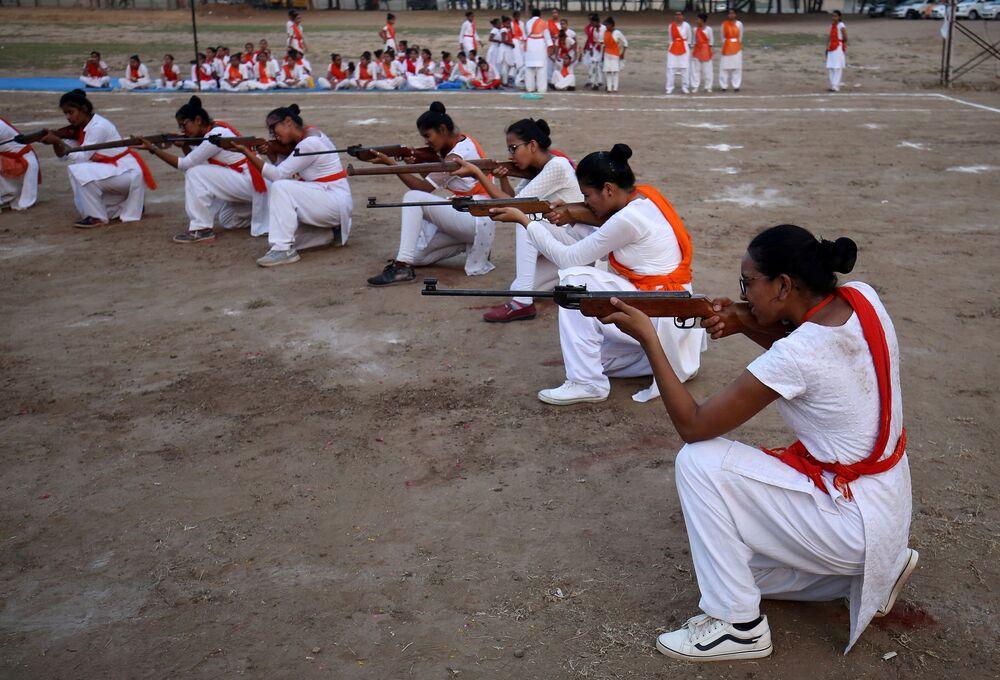 أعضاء من الحركة القومية الهندوسية دورغا فاهيني يظهرون مهارات الدفاع عن النفس خلال معسكر تدريبي لمدة أسبوع على مشارف مدينة أحمد آباد، الهند 25 مايو/ أيار 2019