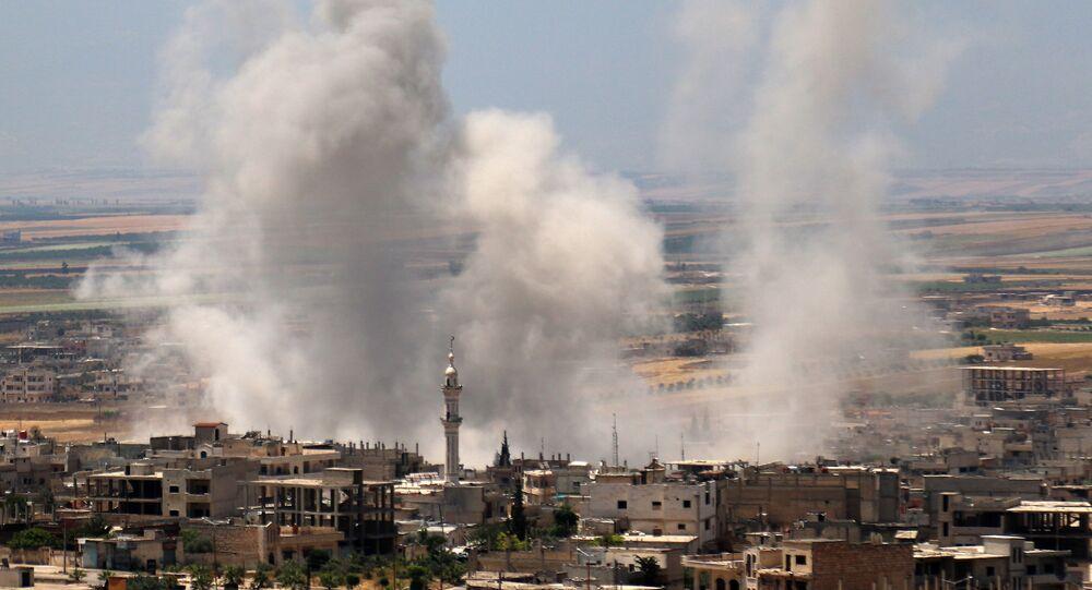 تصاعد الدخان بعد قصف من قبل قوات الحكومة السورية لمدينة خان شيخون في الريف الجنوبي لمحافظة إدلب الذي يسيطر عليه الإرهابيون، سوريا 29 مايو/ أيار 2019