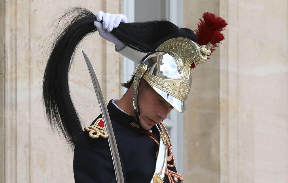 جندي من الحرس الجمهوري الفرنسي يشارك في مراسم استقبال رئيس مدغشقر، أندريه راجولينا، في قصر الإليزيه، باريس 29 مايو/ أيار 2019