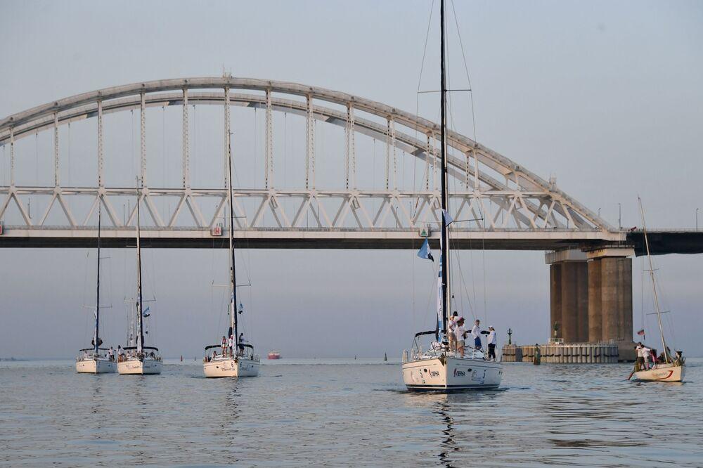 يخوت تشارك في سباق القوارب الشراعية، الذي يقام في إطار المشروع السياحي الطوق الذهبي لمملكة البوسفور في مضيق كيرتش