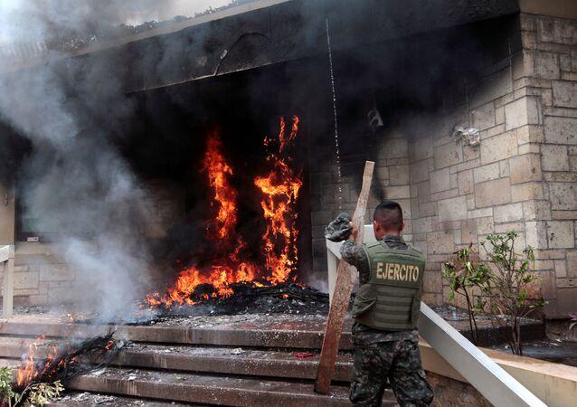 محتجون يشعلون النار في السفارة الأمريكية في هندوراس