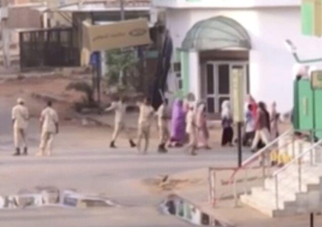صورة من فيديو للقوات السودانية ترافق مدنيين في الخرطوم يوم الاثنين 3 يونيو/ حزيران 2019 عندما تحركت قوات الأمن السودانية ضد معسكر الاعتصام في العاصمة وسمع دوي رشاشات وانفجارات وارتفع الدخان من المنطقة