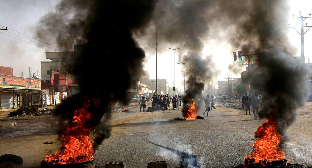 المتظاهرون السودانيون يحرقون إطارات السيارات في الشوارع، مطالبين المجلس العسكري الانتقالي في البلاد بتسليم السلطة للمدنيين في الخرطوم، 3 يونيو/حزيران2019