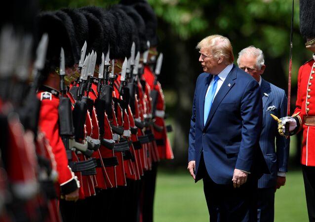 الرئيس الأمريكي دونالد ترامب يتفقد حرس قصر بيكنغهام في لندن، 03 يونيو/ حزيران 2019