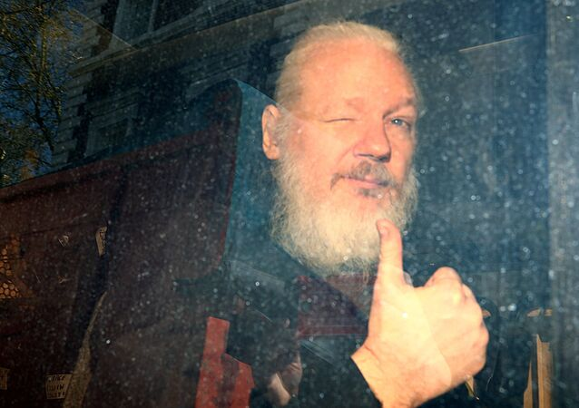 مؤسس موقع ويكيليكس جوليان أسانج يصل إلى محكمة ويستمنستر الجزئية بعد اعتقاله في لندن