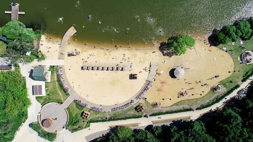 شاطئ في منطقة الترفيه والاستجمام ميشيرسكويه في موسكو
