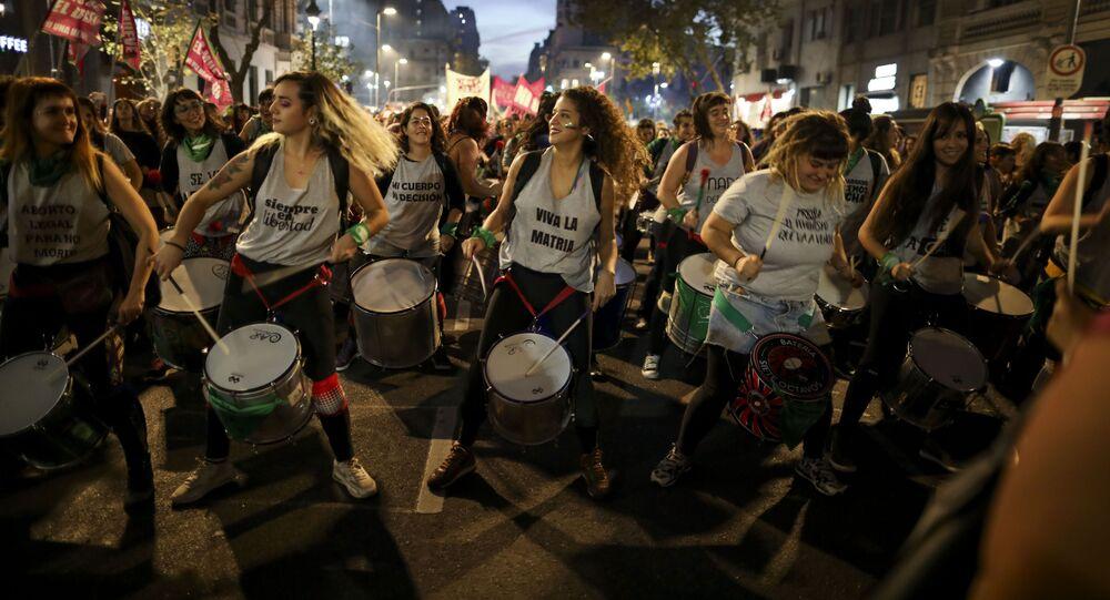 نساء يعزفن على الطبول خلال احتجاجات ضد العنف في بوينس آيرس، الأرجنتين 3 يونيو/ حزيران 2019