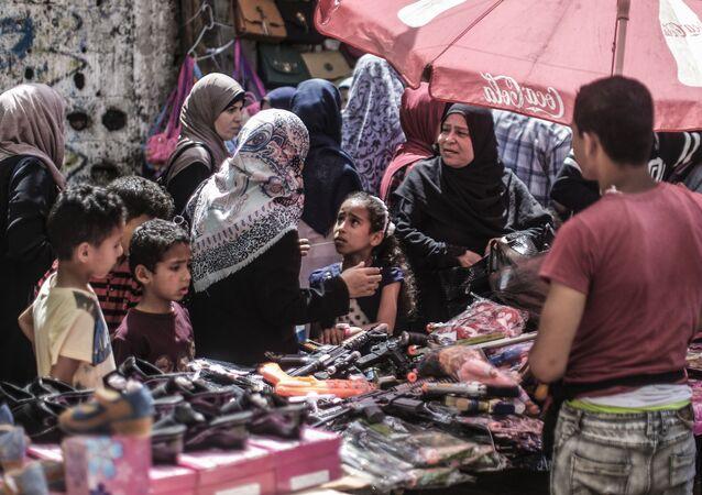 فلسطينيون يتسوقون قبل بدء عيد الفطر في مدينة غزة، 2 يونيو/ حزيران 2019