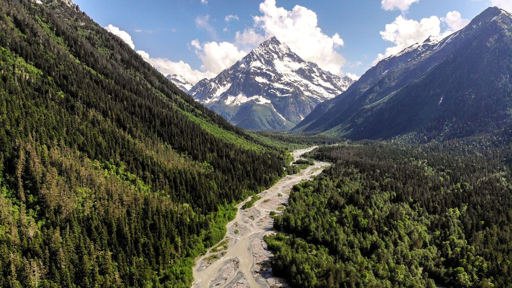 النهر الجبلي بسيش في أراضي وادي صوفيا في جمهورية كراتشاي - تشركيسيا
