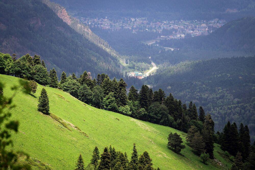 مشهد يطل على بلدة أرخيز على أراضي وادي صوفيا في جمهورية كراتشاي - تشركيسيا