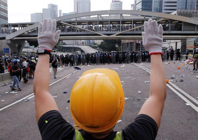 مواجهات عنيفة بين محتجين والشرطة في هونج كونج