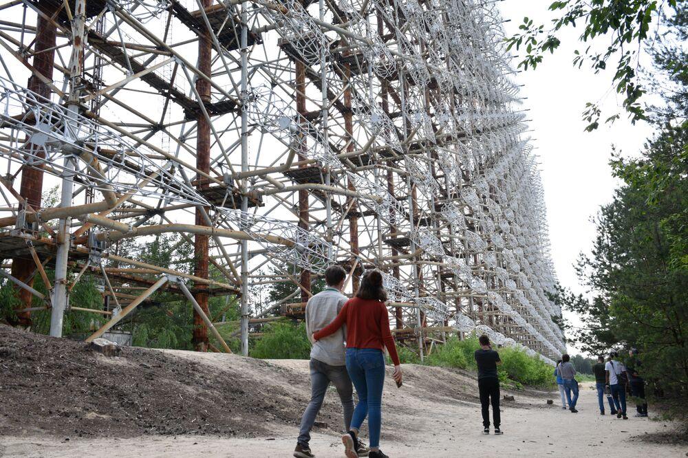 سياح يلتقطون صورا في المنطقة المحظورة وأماكن الإجلاء في مدينة بريبيات