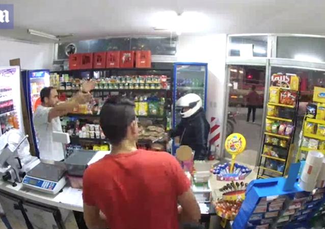 لص يطلق النار على نفسه أثناء محاولته سرقة متجر