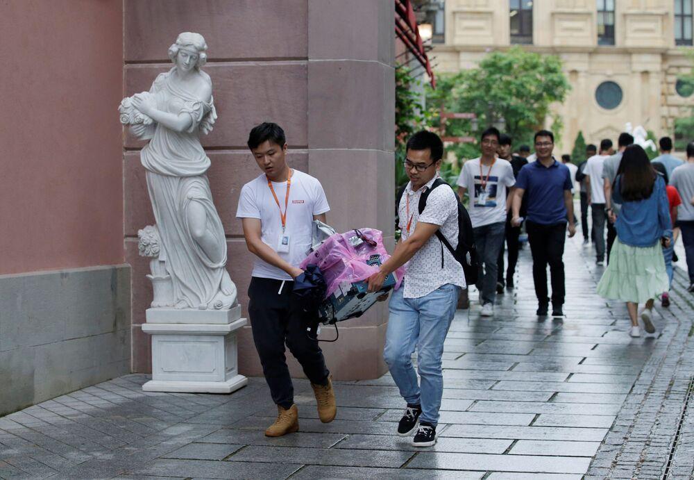 موظفو الشركة يحملون أجهزة مغلفة، الحرم الجديد لـ هواوي سونغشان ليك نيو كامبوس (Huawei Songshan Lake New Campus)، 29 مايو/ أيار  2019