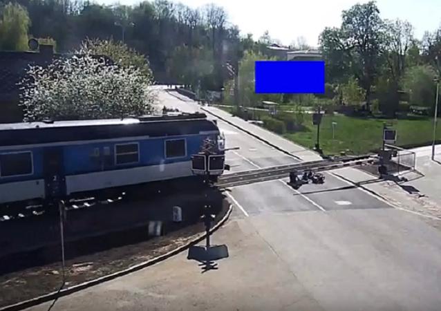 إخراج رجل من أمام قطار